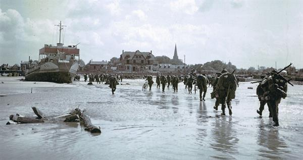 canadian-soldiers-juno-beach-town
