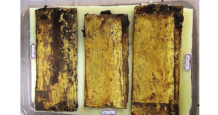 digging-at-royal-tombs-uncovers-gold-flats