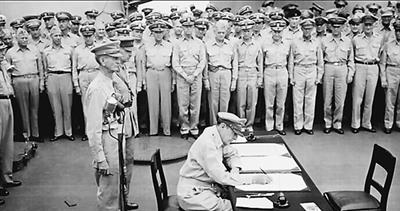 macarthur-signs-surrender-papers
