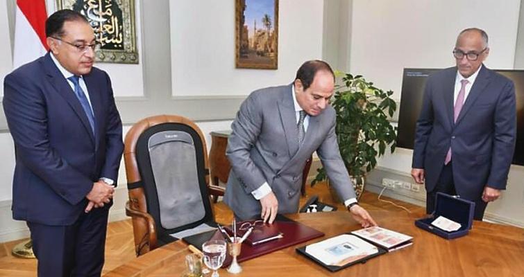 Egypt president reviews new notes